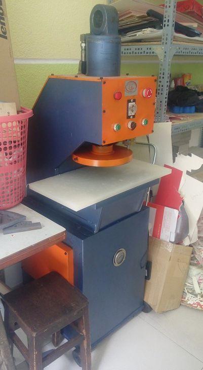 máy cắt góc giấy bo